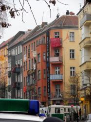 Das Hausprojekt Liebig14 (Ecke Rigaer96) während der Räumung am 2.2.2011